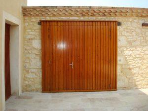 Portail d'entrée extérieure en bois à 2 vantaux fermés