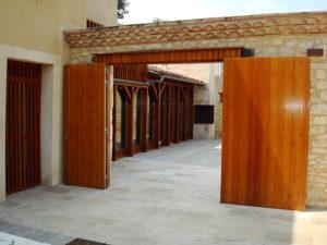 Portail d'entrée extérieure en bois à 2 vantaux ouverts sur un patio