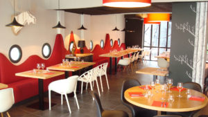 """Salle du restaurant en bois clair """"L'Echappée belle"""" - slider"""