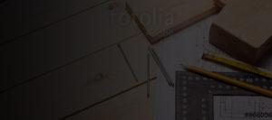 Bureau avec crayon, équerre, mètre, plan, ...