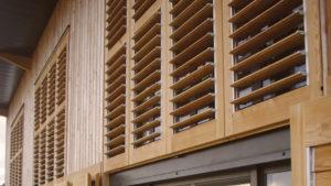 Habillage de façade extérieur en bois clair