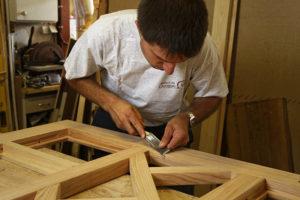 """Photographie de l'encart """"Notre esprit"""" montrant un ébéniste travaillant le bois."""