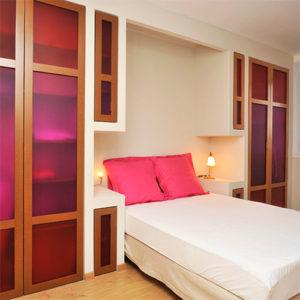 Une chambre à coucher aménagée