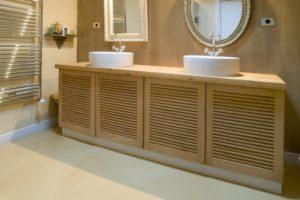 Meuble en bois clair de salle de bain