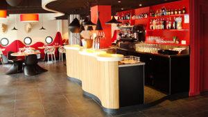 """Comptoir en bois du restaurant """"l'Echappée belle"""" couleur naturelle"""