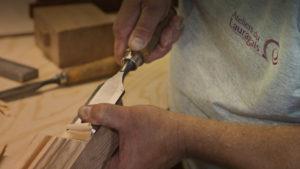 Ebeniste travaillant le bois avec un ciseau à bois - slider