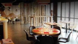"""Comptoir en bois clair du restaurant """"l'Echappée belle"""""""